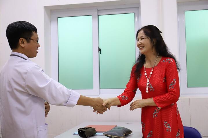 NSUT Thanh Hiền cũng là một bệnh nhân cũ của Bệnh viện, vui mừng khi gặp lại bác sĩ điều trị của mình