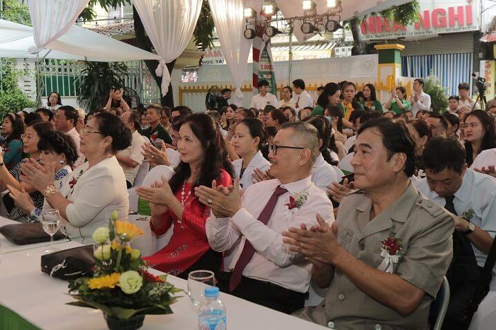 Đông đảo khách mời, người dân đến chúc mừng sự thành lập Bệnh viện