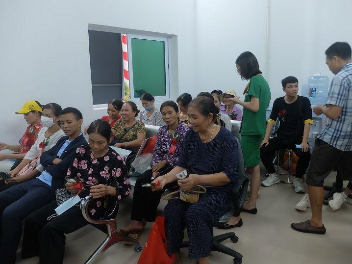 Người dân hào hứng, tập trung thăm khám, trải nghiệm dịch vụ của bệnh viện