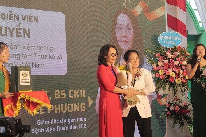 Bác sĩ Lê Phương - đại diện Bệnh viện trao quà tri ân NS Kim Xuyến - bệnh nhân cũ