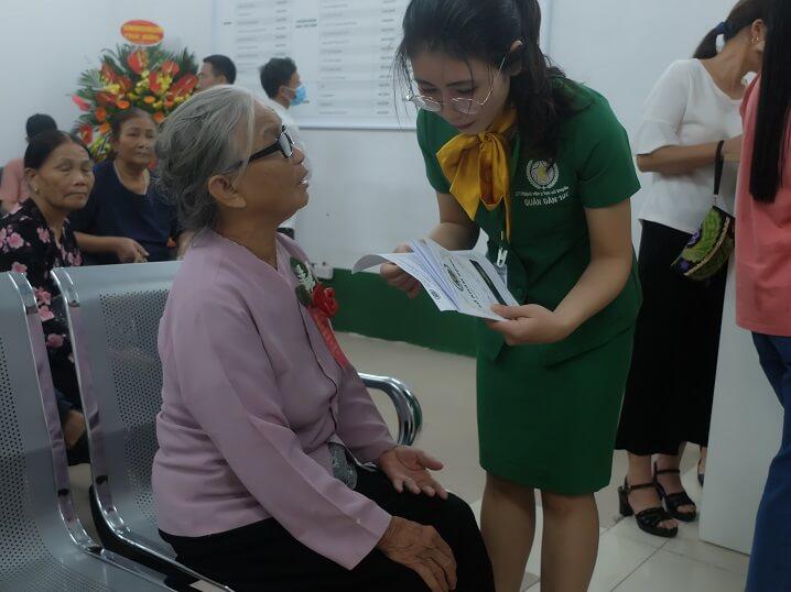 Đội ngũ nhân viên Bệnh viện luôn sẵn lòng tư vấn, giải đáp mọi thắc mắc của người dân
