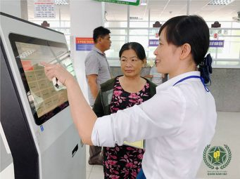 Bệnh nhân nên đến trước giờ khám bệnh để xếp hàng lấy số