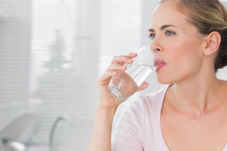 Tăng cường lượng nước mỗi ngày hỗ trợ điều trị hiệu quả