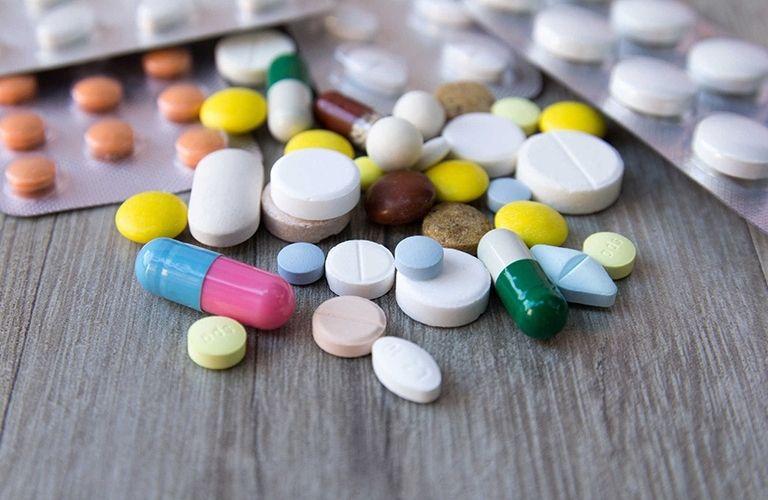 Thuốc Tây y thường được sử dụng kết hợp dạng uống và dạng bôi