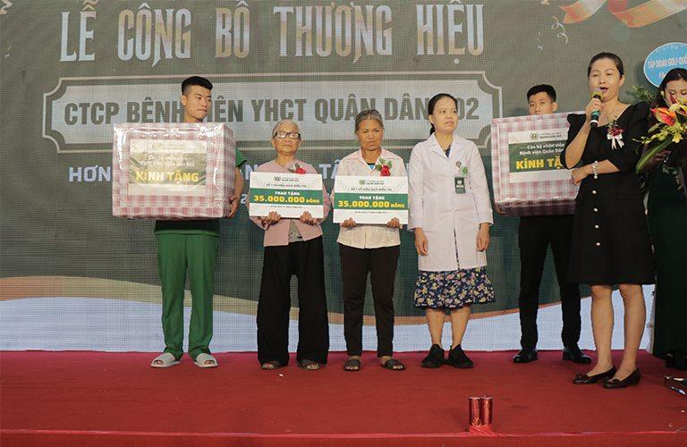 CTCP Bệnh viện Quân dân 102 trao tặng món quà nhỏ cùng phần hỗ trợ cho hoàn cảnh khó khăn của cụ Lượt và cô Ngoan