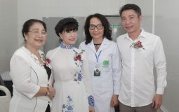 Các nghệ sĩ chụp ảnh cùng bác sĩ Lê Phương sau buổi lễ khai trương