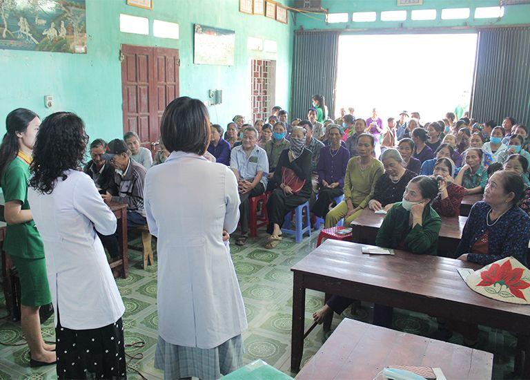 Tại hội thảo sức khoẻ, bà con nhân dân chăm chú lắng nghe những hướng dẫn từ bác sĩ Lê Phương