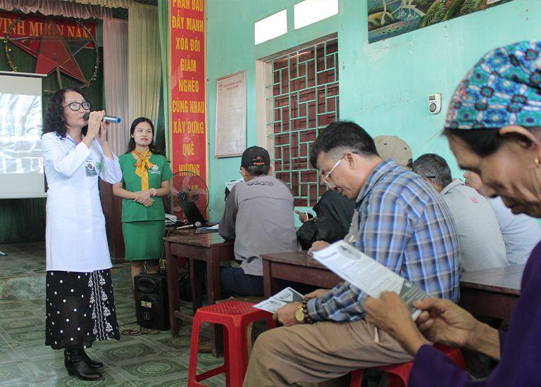 Mở đầu chương trình, bác sĩ Lê Phương đã hát những lời ca ý nghĩa về tình quân dân dành tặng cho toàn thể hội trường