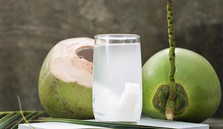 Nước dừa là bài thuốc Nam trị sỏi thận làm giảm thiểu nhiều triệu chứng của bệnh