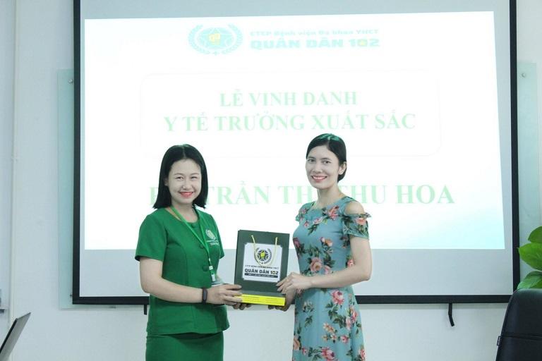Bà Trần Thị Thu Hoa trong lễ vinh danh Y Tế Trưởng có thành tích xuất sắc