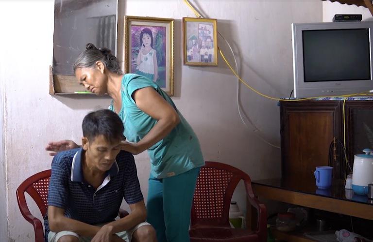 Chị Ngoan chăm sóc người gười em trai bị suy tim độ 3, nhiều lần phải cấp cứu trong đêm
