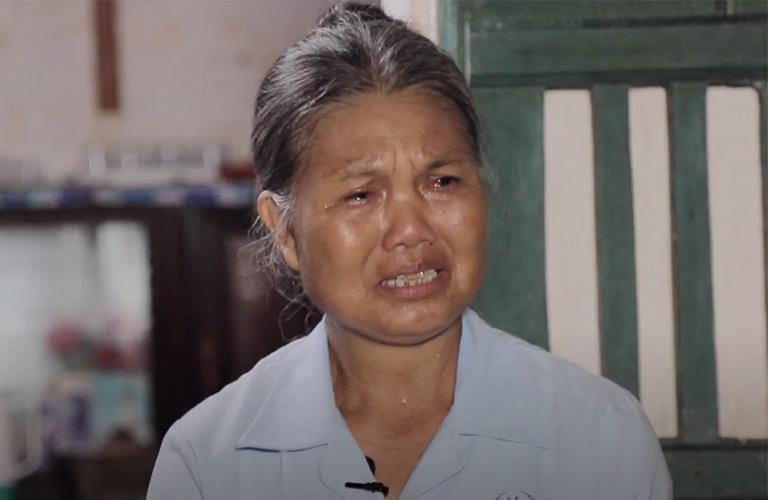 Người phụ nữ ấy bật khóc khi hồi tưởng lại những câu chuyện quá khứ