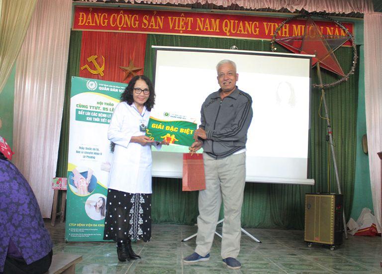 Bác sĩ Lê Phương trao tặng giải đặc biệt cho quý khách hàng may mắn nhất