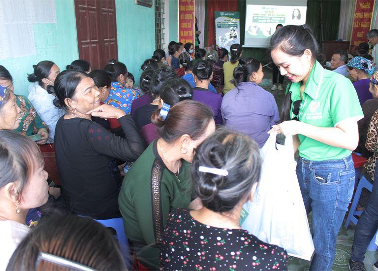 Những phần quà sức khoẻ ý nghĩa được trao tận tay cho tất cả bà con Yên Sơn tham dự hội thảo sức khoẻ