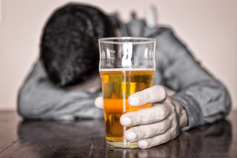 Việc uống quá nhiều bia sẽ gây ảnh hưởng nghiêm trọng đến sức khoẻ