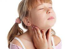 Trẻ có thể bị phì đại amidan do nhiều yếu tố gây ra tình trạng đau rát họng, cản trở đường thở