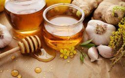 Chữa viêm họng bằng mật ong và tỏi: 3 cách làm hay ít người biết