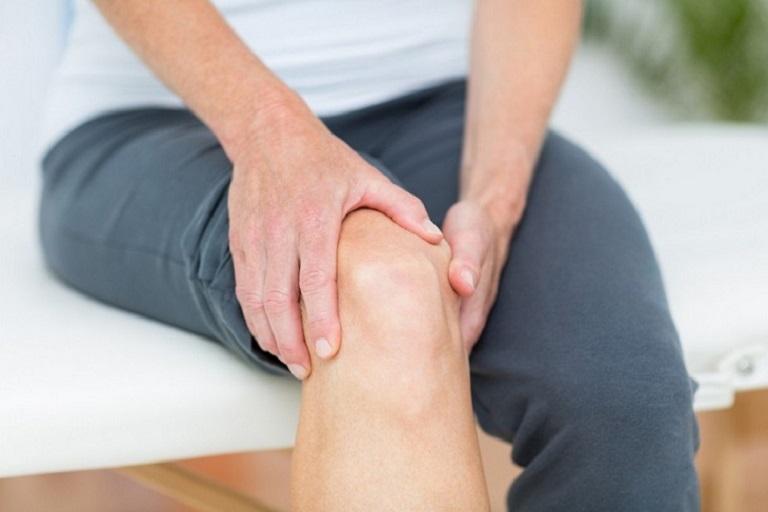 Đau khớp gối khi đứng lên ngồi xuống có thể gây ra một loạt các biến chứng khôn lường