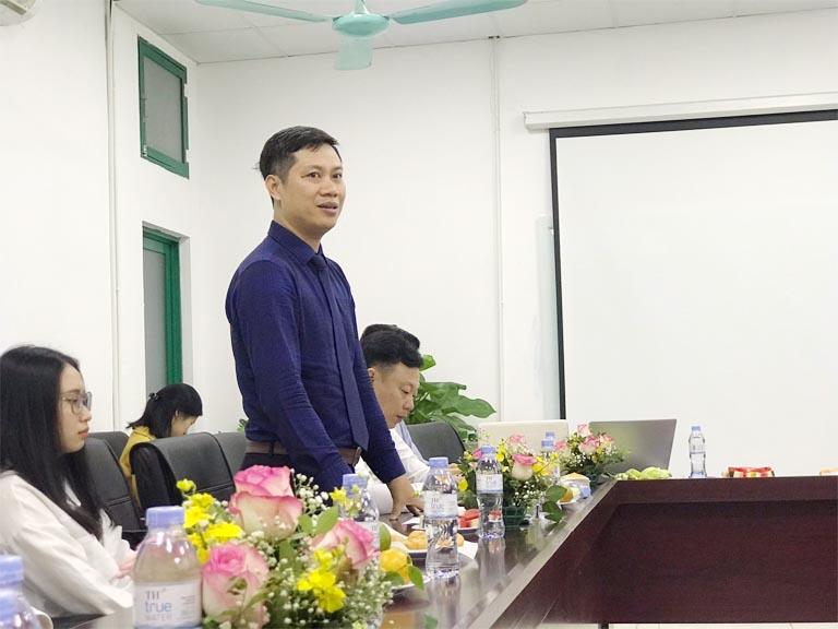 Ông Nhâm Quang Đoài chia sẻ với các sinh viên