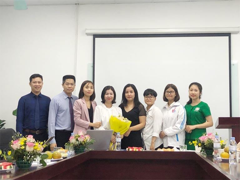 Đại diện các em sinh viên tặng quà Ban lãnh đạo Bệnh viện, tập đoàn