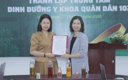 Bà Trần Thanh Hằng trao quyết định thành lập Trung tâm và bổ nhiệm Giám đốc Trung tâm