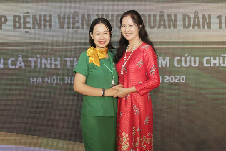 NSƯT Thanh Hiền chụp hình kỷ niemj cùng cán bộ, nhân viên bệnh viện