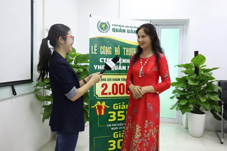 NSƯT Thanh Hiền chia sẻ với phóng viên về hành trình điều trị bệnh viêm da thành công