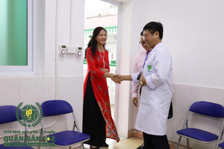 NSƯT Thanh Hiền vui mừng gặp lại các bác sĩ tại Quân dân 102