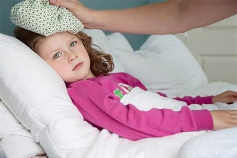 Cách chườm lạnh hạ nhiệt rất phổ biến khi cơ thể bị sốt