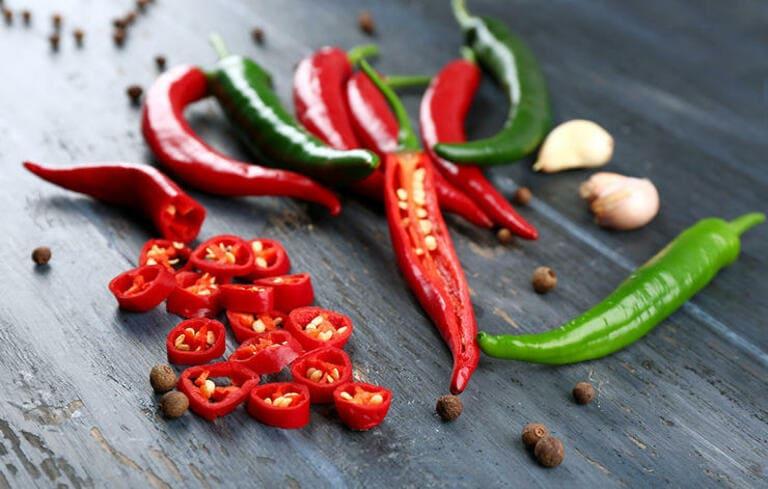 Không nên ăn các món ăn cay nóng, hạn chế ăn ớt, tiêu và một số gia vị khác