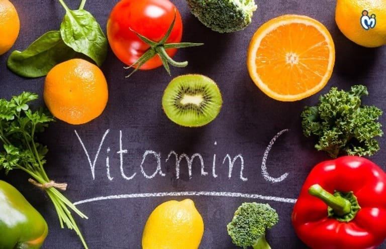 Người bị viêm da tiếp xúc nên bổ sung các loại rau, củ, quả có chứa nhiều vitamin C tốt cho da và quá trình phục hồi tổn thưởng bề mặt da