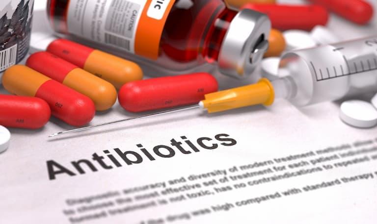 Kháng sinh có thể giúp tiêu diệt vi khuẩn tụ cầu