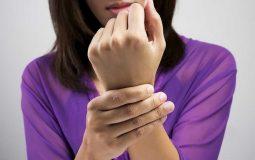 Đau khớp cổ tay sau sinh là bệnh gì? Triệu chứng và cách điều trị