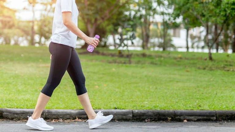 Người bệnh đau khớp háng nên đi bộ với sải chân ngắn