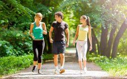 Người bị đau khớp háng có nên đi bộ? [Chuyên gia giải đáp]