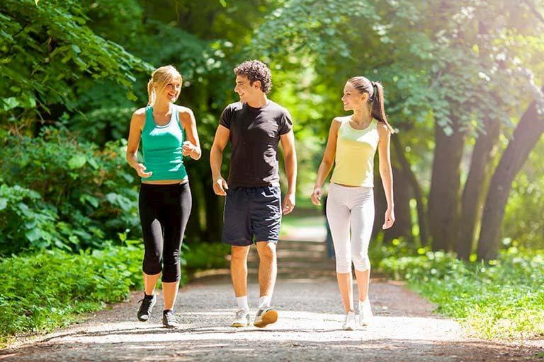 Đau khớp háng có nên đi bộ là thắc mắc của nhiều bệnh nhân