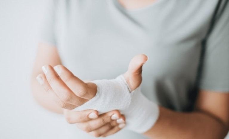 Đau sưng khớp ngón tay nếu không được điều trị kịp thời sẽ dẫn đến nhiều biến chứng nguy hiểm