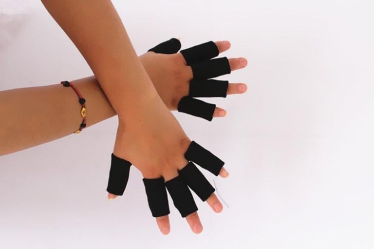 Nên bảo vệ ngón tay bằng cách sử dụng các dụng cụ bảo hộ