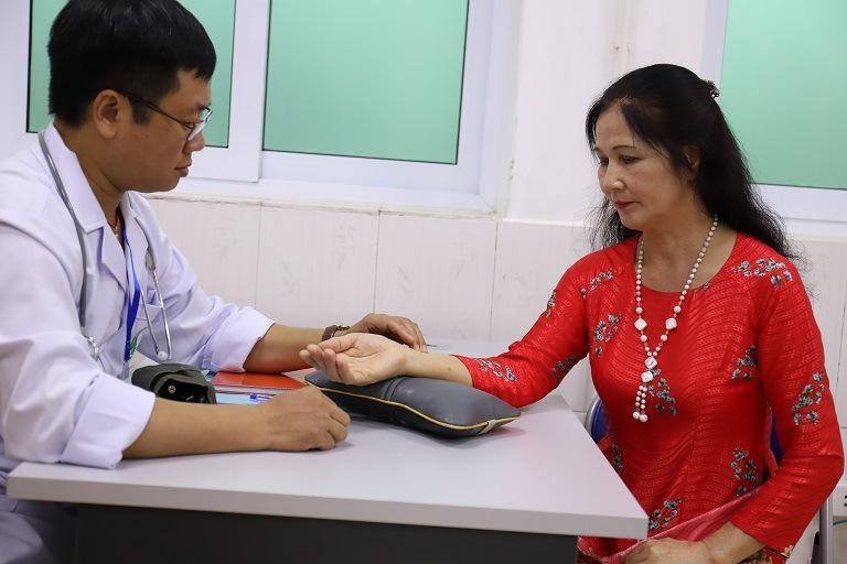 Nghệ sĩ ưu tú Thanh Hiền trong buổi tái khám với bác sĩ tại Quân dân 102