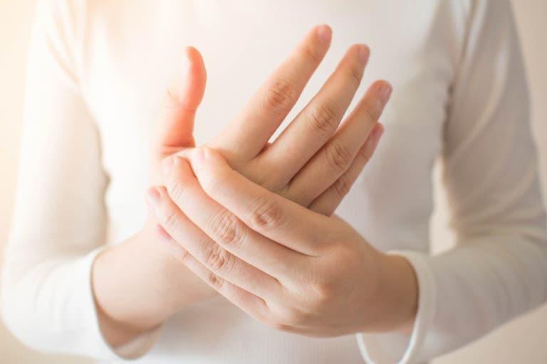 Người bệnh có thể cảm thấy đau nhức khó chịu ở khu vực bị sưng tấy