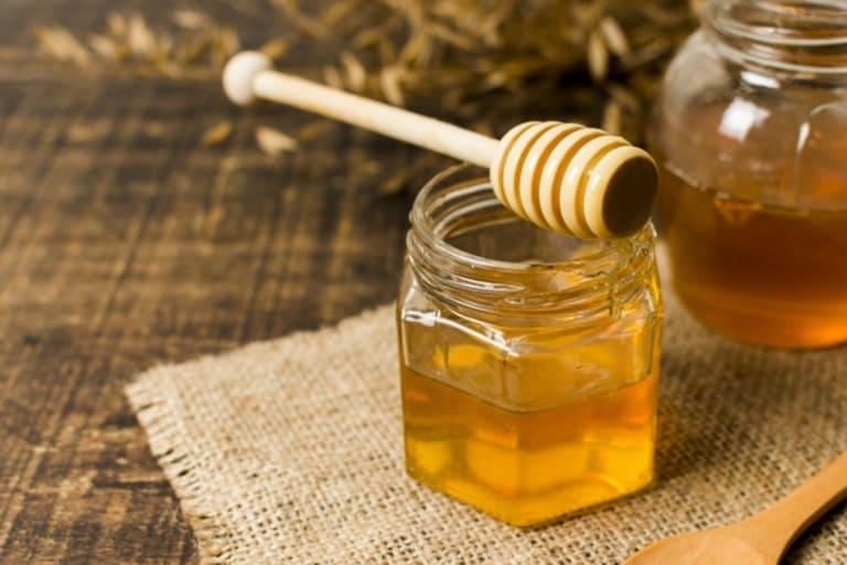 Sử dụng mật ong bôi lên vùng da tổn thương làm giảm sưng, ngứa hiệu quả