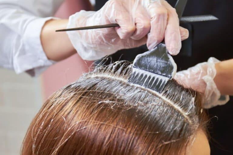 Khi bị viêm da cơ địa ở đầu người bệnh không nên uốn, nhuộm tóc
