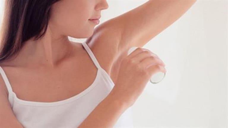 Sử dụng các sản phẩm lăn nách khử mùi hôi khiến lỗ chân lông bị bít tắc, ngoài ra trong lăn nách chứa các thành phần hóa chất khiến da nách bị kích ứng