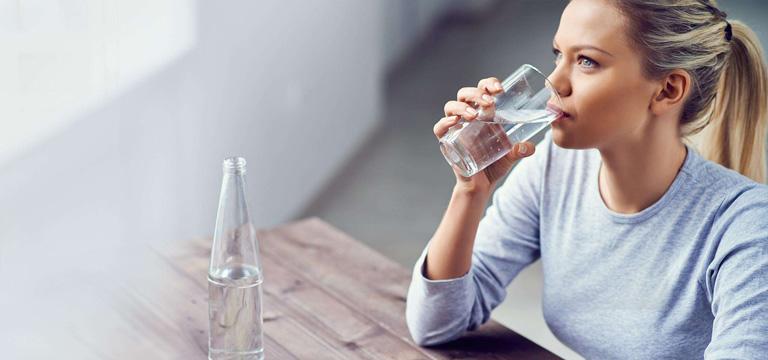 Bệnh nhân mắc viêm đường tiết niệu nên sử dụng nước hàng ngày để hạn chế sự xâm nhập và phát triển của vi khuẩn