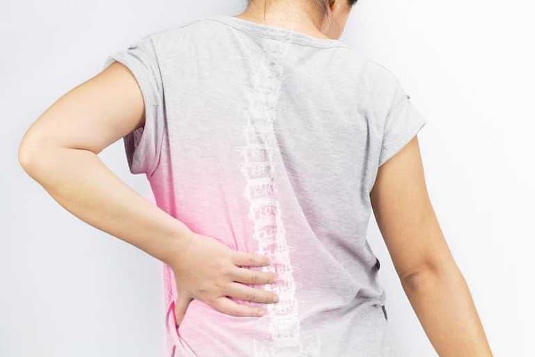 Người bệnh có thể cảm thấy đau nhức ở vùng lưng