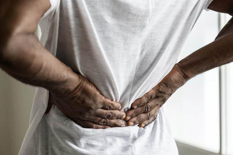 Người bệnh có thể cảm thấy đau nhức ở khu vực lưng dưới