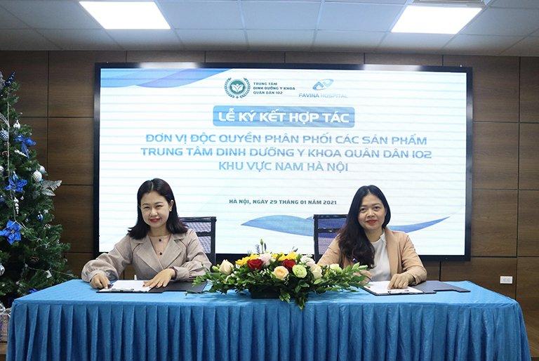 Bà Đinh Kim Thoa giám đốc TTDD Quân dân 102 và Bà Nguyễn Lan Anh giám đốc Favina Hospital trong buổi lễ ký kết
