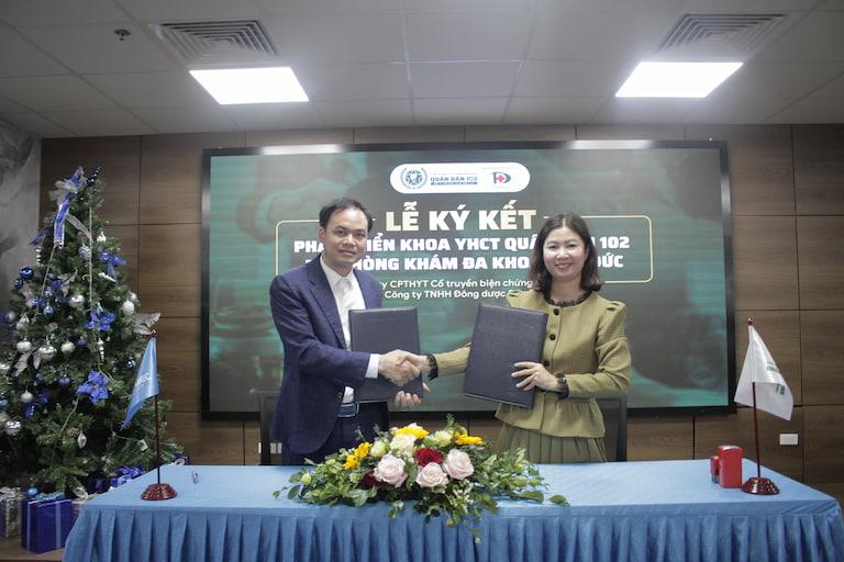 Ông Đàm Thanh Toàn và bà Trần Thanh Hằng trao bảo ký kết