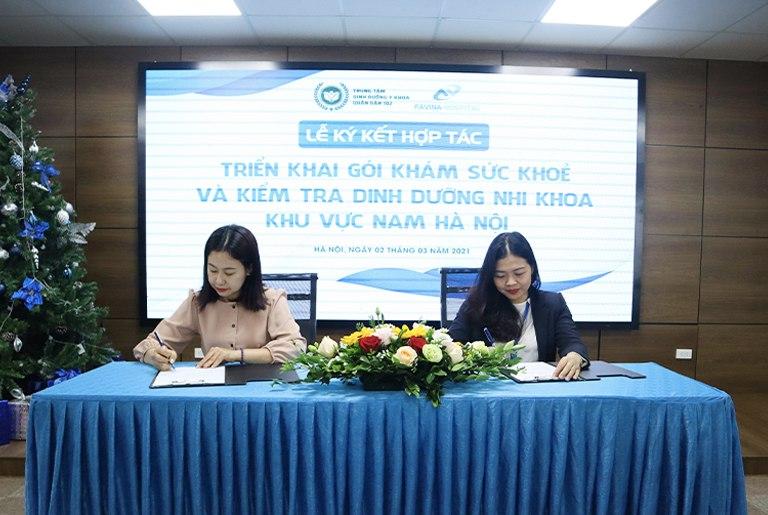 Bà Đinh Kim Thoa và bà Nguyễn Lan Anh đặt bút ký kết hợp tác
