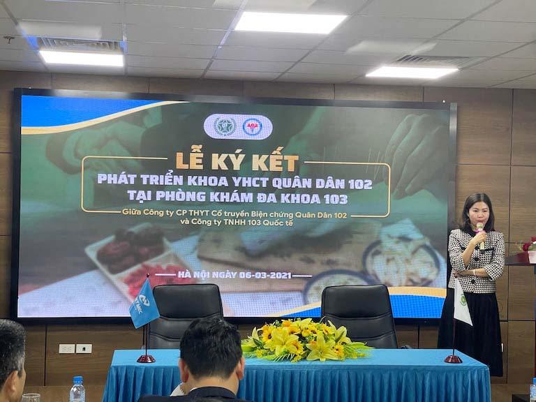 Bà Trần Thanh Hằng - Đại diện Tổ hợp y tế Quân Dân 102 phát biểu trong buổi lễ
